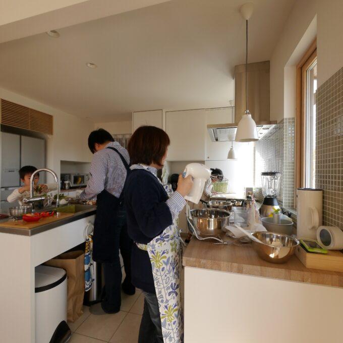 家族と料理を楽しむ家